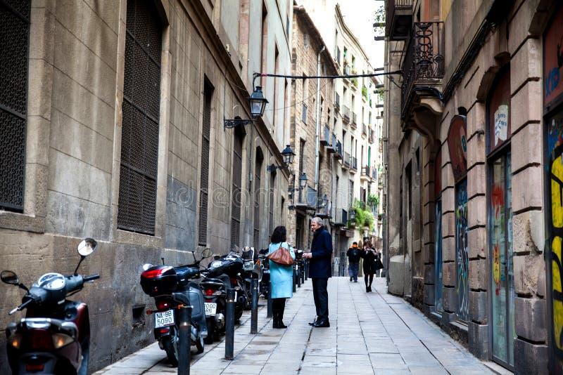 BARCELONA - MAART, 2018: Paar die bij een steeg in Gothi spreken stock foto