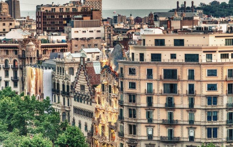 BARCELONA - MAJ 13, 2018: Härlig flyg- solnedgångsikt av byggnader i Passeig de Gracia Staden tilldrar 10 miljon personer royaltyfria foton