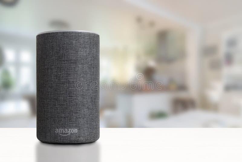 BARCELONA - OKTOBER 2018: De Dienst van Amazonië Echo Smart Home Alexa Voice in een woonkamer royalty-vrije stock fotografie