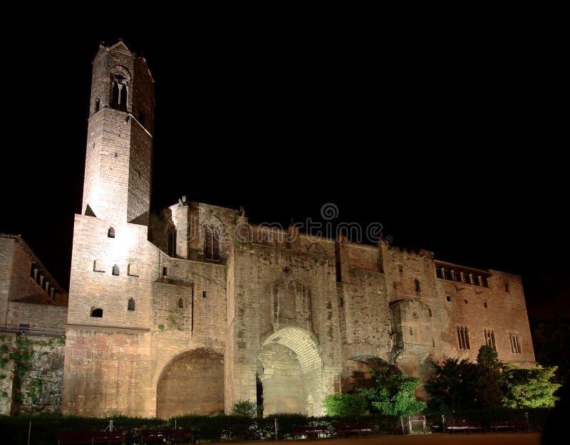 Barcelona: Palau medieval Reial en la noche fotografía de archivo