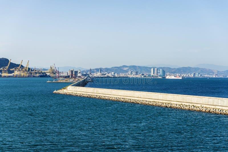 Barcelona panorama med hamnen i förgrunden arkivfoto