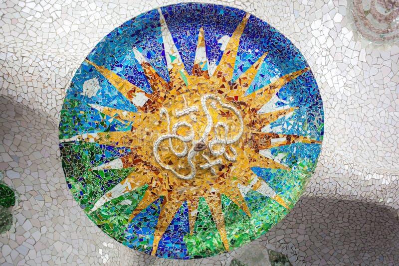 Barcelona Parkuje Guell Gaudi mozaika w Sto kolumn sala zdjęcie stock