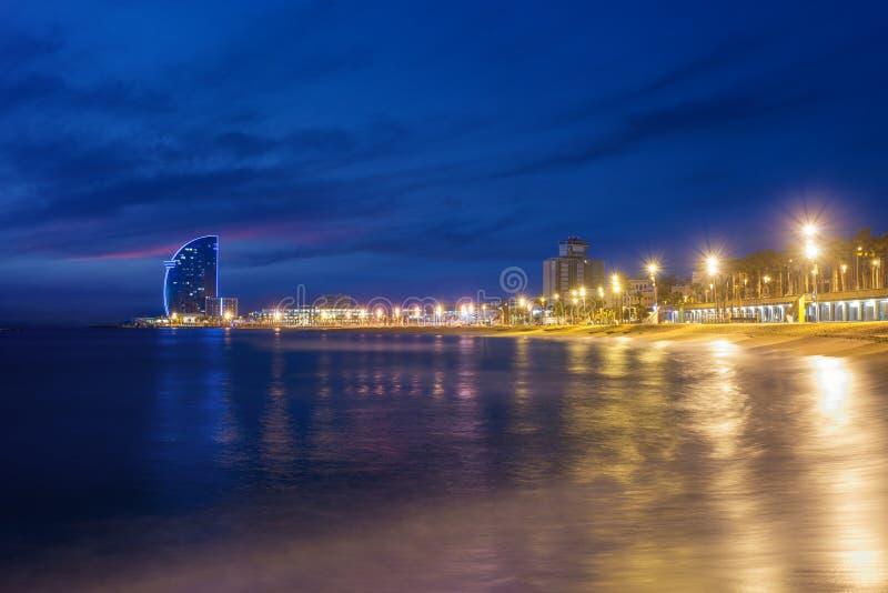 Barcelona pla?a w lato nocy wzd?u? nadmorski w Barcelona, Hiszpania Morze ?r?dziemnomorskie w Hiszpania zdjęcia royalty free