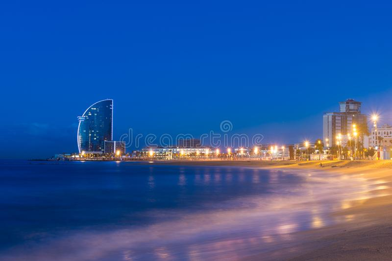 Barcelona pla?a w lato nocy wzd?u? nadmorski w Barcelona, Hiszpania Morze ?r?dziemnomorskie w Hiszpania fotografia stock