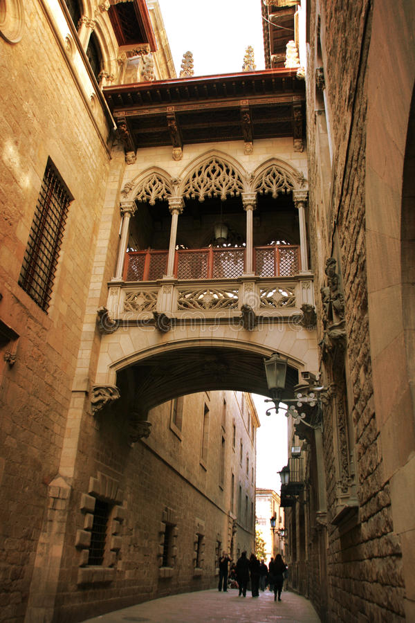 Barcelona: ponte gótico em Carrer del Bisbe imagens de stock royalty free