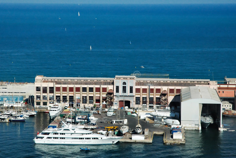 barcelona port skyler royaltyfria foton