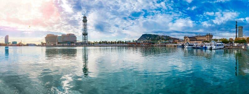 Barcelona portVell panorama med den över huvudet cablewayen till Montjuic fotografering för bildbyråer