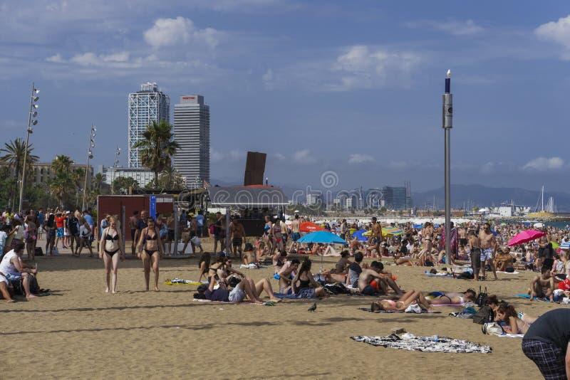 Barcelona, praia da Espanha com a multidão em Catalonia imagem de stock