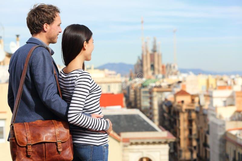 Download Barcelona - Romantisch Paar Die Stadsmening Bekijken Stock Afbeelding - Afbeelding bestaande uit barcelona, paar: 39117031