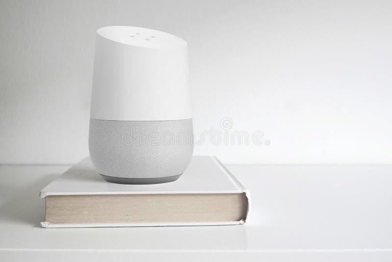 BARCELONA - SEPTEMBER 2018: Google-Huis slimme spreker op een boek op een plank stock afbeelding