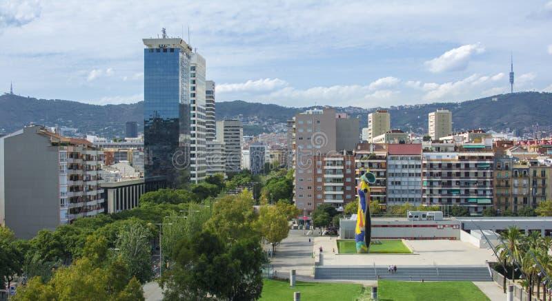 Barcelona setembro de 2014 A estátua 'mulher e pássaro', criados por Joan Miro fotos de stock