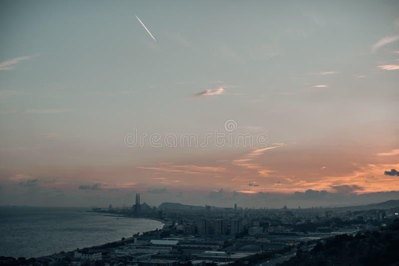 Barcelona sikter i solnedgången arkivbild