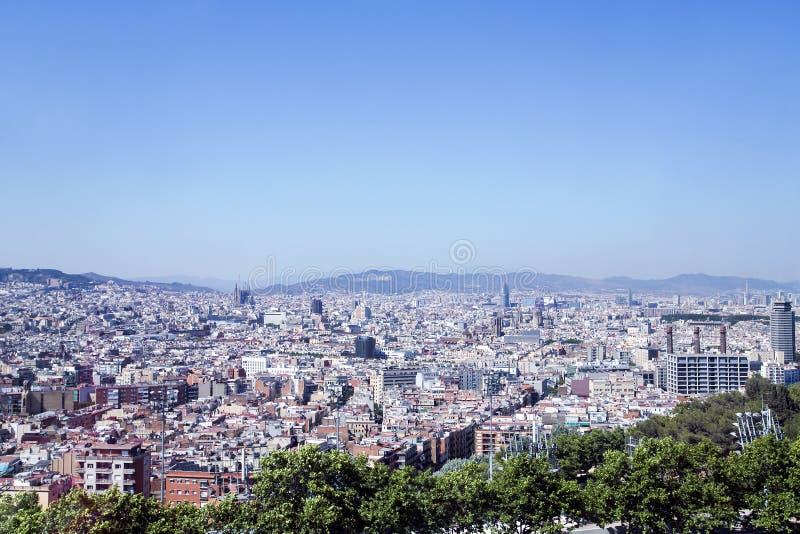 Barcelona - siktsantenn från kullen av Montjuic royaltyfria bilder