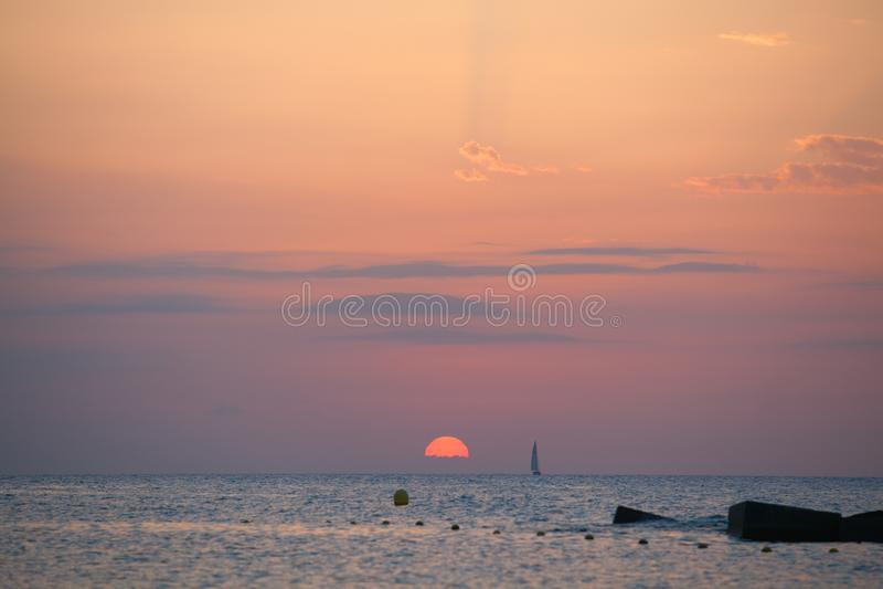 Barcelona soluppgång med yachten royaltyfria bilder