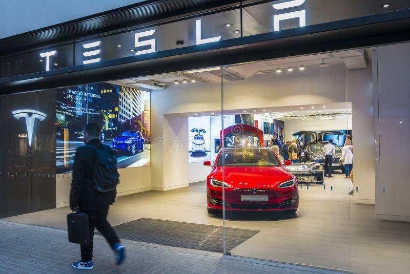 barcelona spain Mars 2018: Tesla lager nära den Passeig de Gracia gatan med modell S inom arkivbilder