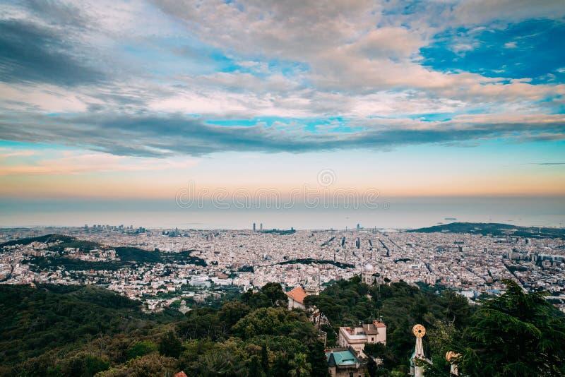 Barcelona, Spain Nivelando o panorama da arquitetura da cidade da cidade de Mounta imagem de stock