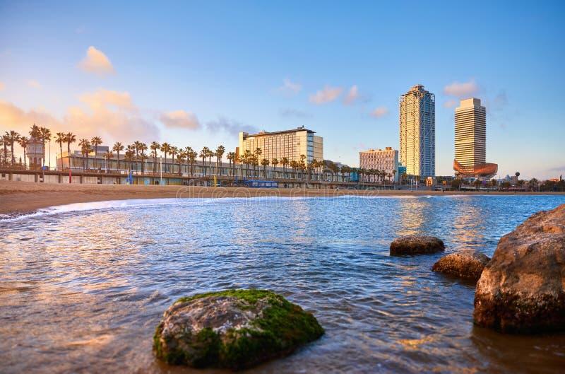 barcelona spain Panoramautsikt p? den Barceloneta stranden arkivfoton