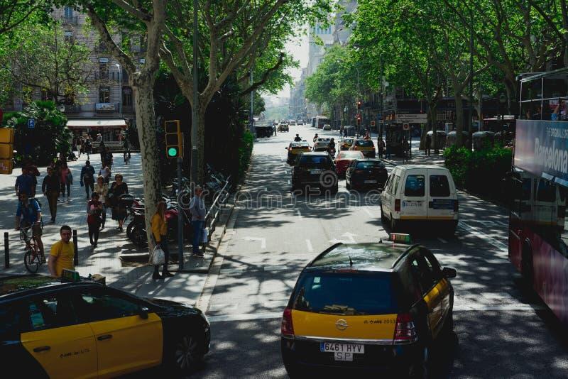 Barcelona, Spanien 26. April 2018: Fahren Sie an der Straßenkreuzung der historischen Stadt von Barcelona in Spanien mit einem Ta lizenzfreies stockfoto