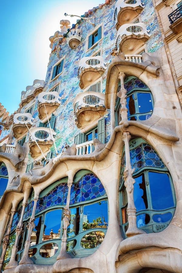 Barcelona Spanien - 17 April, 2016: Fasadcasaen Battlo eller huset av ben planlade vid Antoni Gaudi royaltyfri bild