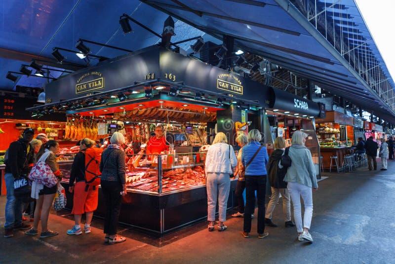 Barcelona Spanien - 20 April, 2016: Folket shoppar i Barcelona Marknad Mercat de Sant Josep de la Boqueria royaltyfri foto