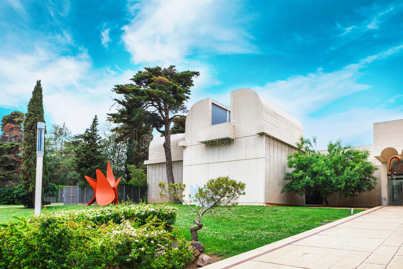 Barcelona SPANIEN - April 22, 2016: Fundacio fundamentJoan Miro museum av modern konst fotografering för bildbyråer