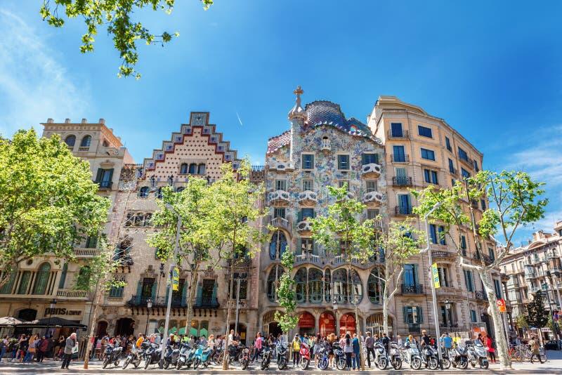 Barcelona Spanien - APRIL 18, 2016: Illa de la Discordia FasadCasa Batllo, Lleo Morera, Rocamora, Amatller i område av incomp royaltyfri bild
