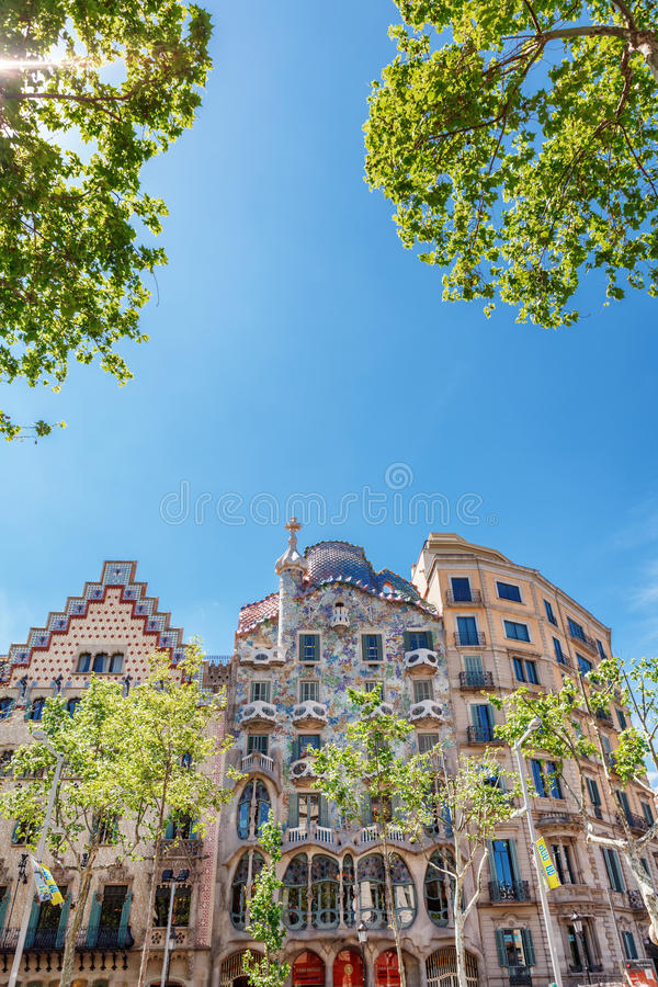 Barcelona Spanien - APRIL 18, 2016: Illa de la Discordia FasadCasa Batllo, Lleo Morera, Rocamora, Amatller i område av incomp royaltyfria bilder