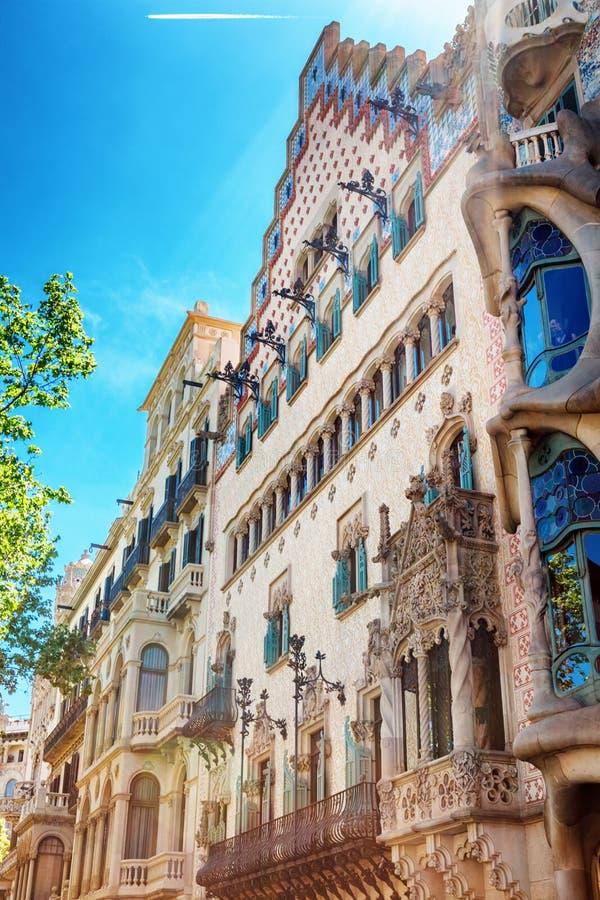 Barcelona Spanien - APRIL 18, 2016: Illa de la Discordia Fasadcasaen Amatller är en byggnad i den Modernisme stilen i Barcelona royaltyfri bild