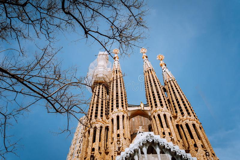 BARCELONA, SPANIEN - 25. April 2018: La Sagrada Familia - die eindrucksvolle Kathedrale entwarf durch Gaudi, das Gestalt ist stockfoto