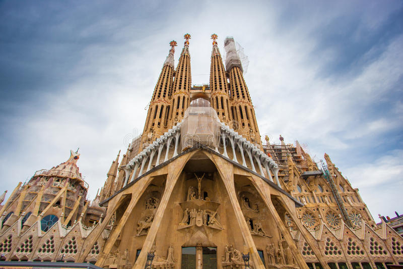 BARCELONA SPANIEN - 25 April 2016: La Sagrada Familia - domkyrka arkivfoto