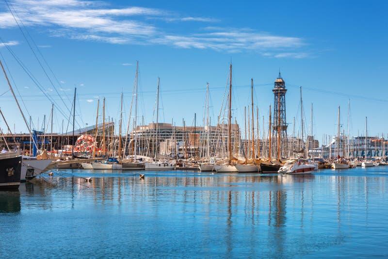 Barcelona Spanien - April 17, 2016: Många yachter som ligger på den portVell flottan royaltyfria foton