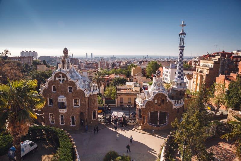 BARCELONA SPANIEN - APRIL 23, 2016: Parkera Guell av arkitekten Anton arkivbilder