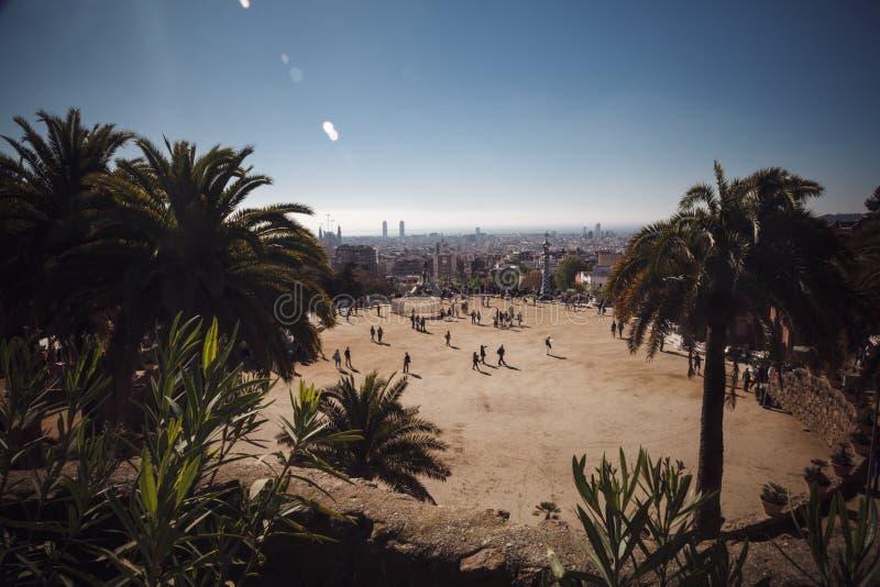 BARCELONA SPANIEN - APRIL 23, 2016: Parkera Guell av arkitekten Anton royaltyfria bilder
