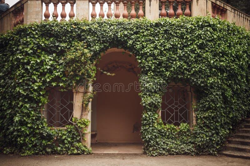 BARCELONA SPANIEN - APRIL 22, 2016: Retro stildetaljer i Parc D royaltyfri foto