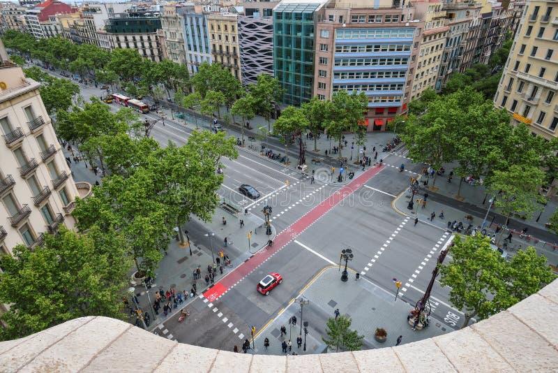 BARCELONA SPANIEN - APRIL 28: Siktsvrom takterrassen av den Gaudi casaen Mila eller La Pedrera på April 28, 2016 i Barcelona, Spa royaltyfri fotografi