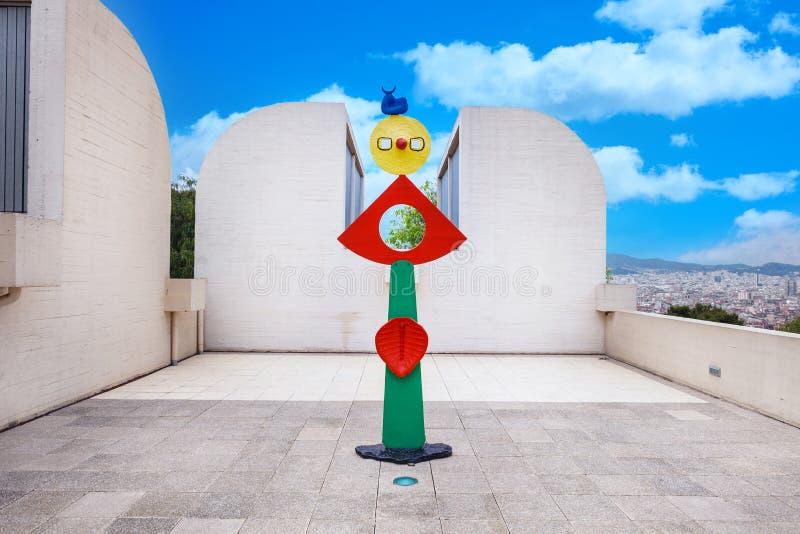 Barcelona SPANIEN - April 22, 2016: skulptera i det Fundacio fundamentJoan Miro museet av modern konst arkivfoton