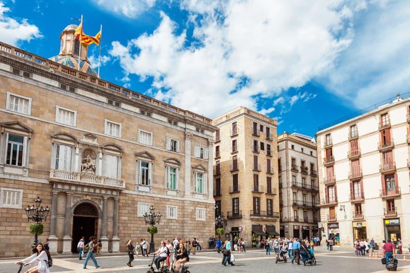 Barcelona Spanien - April 17, 2016: Stadshus på Placa de Sant Jaume Den palauiska slotten Generalitat royaltyfria bilder