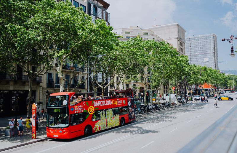 BARCELONA, SPANIEN - 26. April 2018: Touristischer Bus Barcelona-Stadtrundfahrt mit Touristen auf dem Weg um Barcelona, Spanien stockbild