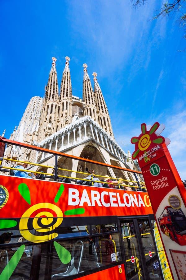 BARCELONA, SPANIEN - 25. April 2018: Touristischer Bus Barcelona-Stadtrundfahrt mit Touristen nähern sich berühmter Basilika Sagr lizenzfreies stockfoto