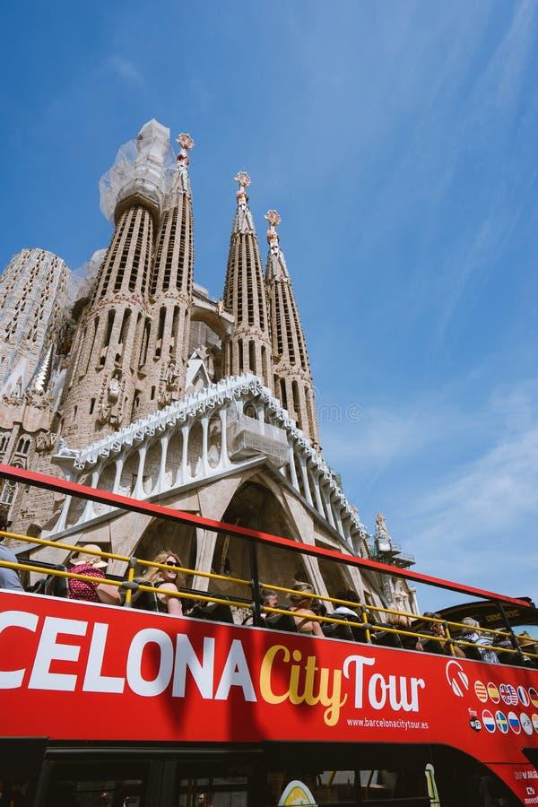 BARCELONA, SPANIEN - 25. April 2018: Touristischer Bus Barcelona-Stadtrundfahrt nahe berühmter Basilika Sagrada Familia dennoch n stockfoto