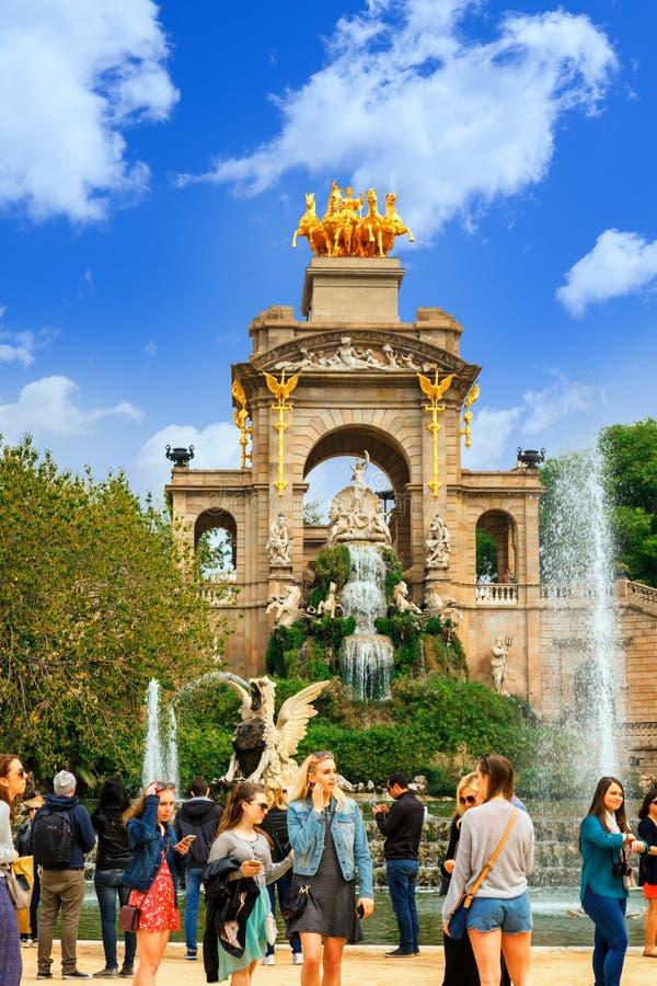Barcelona Spanien - April 22, 2017: turister på springbrunnen på Parc de la Ciutadella Citadell parkerar, Barcelona royaltyfri foto