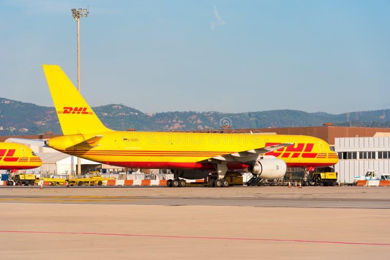 BARCELONA, SPANIEN - 20. AUGUST 2016: Ein gelbes Frachtflugzeug Boeings 757 von der courrier Firma DHL der Logistik Kopieren Sie  lizenzfreie stockfotos
