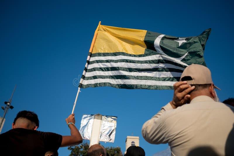 Barcelona Spanien - 10 august 2019: Kashmir och pakistanska medborgare marscherar och visar mot indisk annullering av autonomt royaltyfri bild