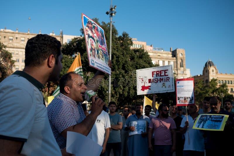 Barcelona Spanien - 10 august 2019: Kashmir och pakistanska medborgare protesterar och visar mot indier upphävar av autonomt royaltyfri bild