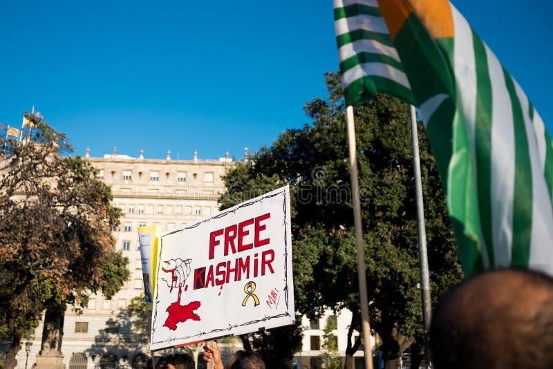 Barcelona Spanien - 10 august 2019: Kashmir och pakistanska medborgare protesterar och visar mot indier upphävar av autonomt royaltyfria foton