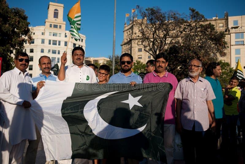 Barcelona Spanien - 10 august 2019: Kashmir och pakistanska medborgare protesterar och visar mot indier upphävar av autonomt arkivfoto