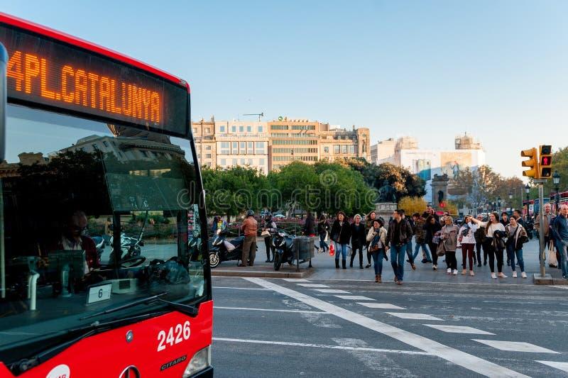 Barcelona Spanien - 06 december 2018: catalan kollektivtrafikbuss med chauffören i den Catalunya fyrkanten i centret under soligt royaltyfri fotografi