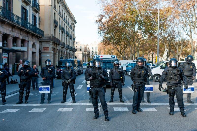 Barcelona, Spanien - 21 decemer 2018: junge katalanische independists, riefen Cdr, Zusammentreffen mit Polizei während einer Kabi stockfotos
