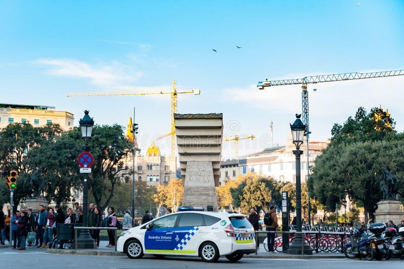 Barcelona, Spanien - 6. Dezember 2018: Auto der städtischen Polizei, die Haupt-Catalunya-Quadrat mit Touristen während der Winter lizenzfreie stockfotos