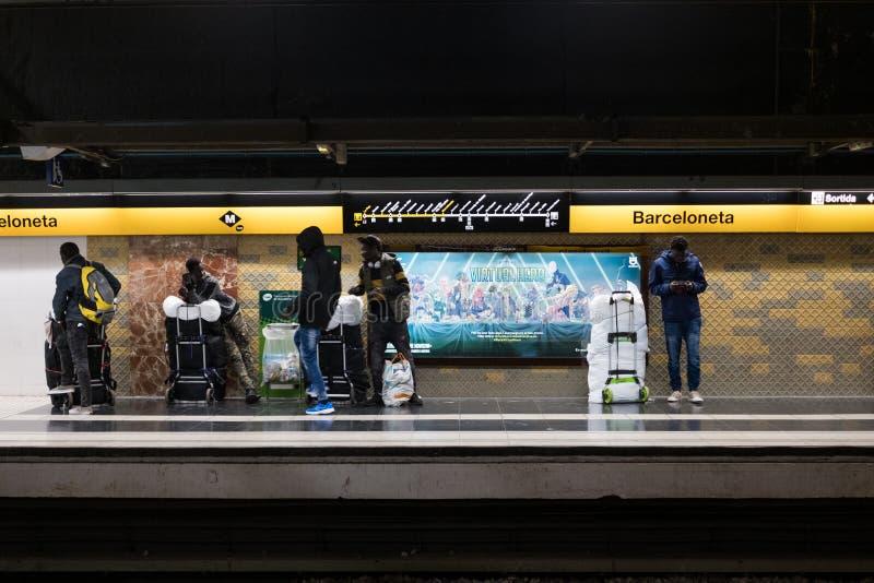 Barcelona, Spanien - 4. Dezember 2018: junge afrikanische Leute, nannten manteros, in der Barceloneta-Metro nach einem Tag, der i lizenzfreie stockbilder